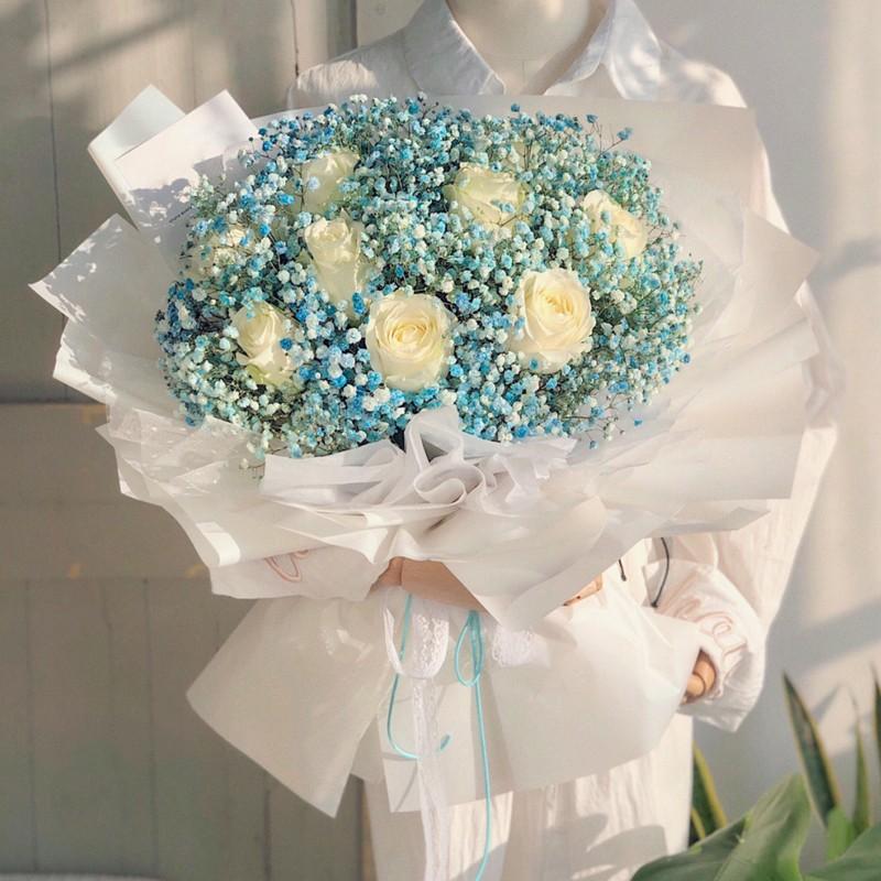 梦的光点-9朵白玫瑰蓝色满天星花束